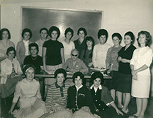 Juanita (back row, 4th form RHS) with english class in Madrid, 1962.